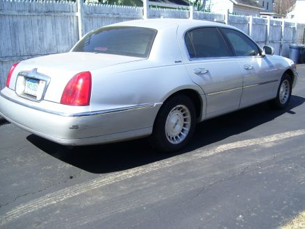 Good Condition Silver 1999 Lincoln Town Car In Stamford