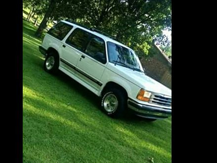 excellent condition white  ford explorer xlt